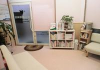 本棚とフリードリンクコーナー
